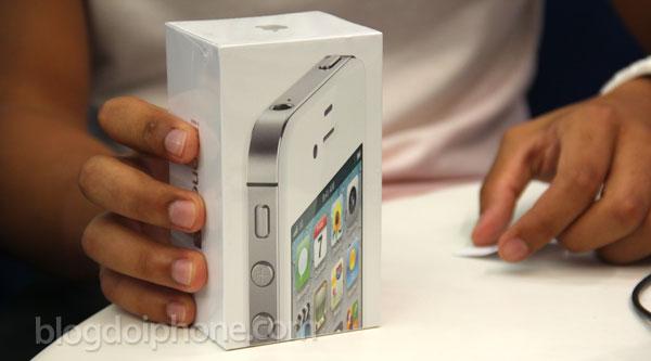 iPhone 4S com a caixa brasileira