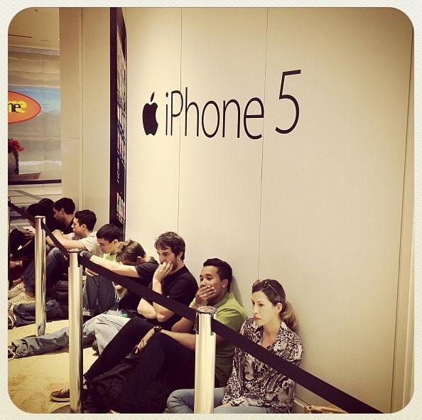 Photo of E começam a se formar filas em frentes das lojas para a espera do iPhone 5 (atualizado)