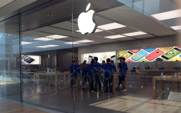 Photo of Veja mais fotos da Apple Store do Rio, com funcionários brasileiros