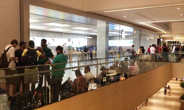 Photo of Brasileiros dormem na fila para a inauguração da Apple Store do Rio