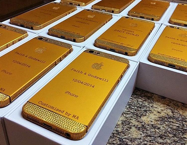 Photo of Convidados levam de lembrança iPhones de ouro em casamento na Nigéria