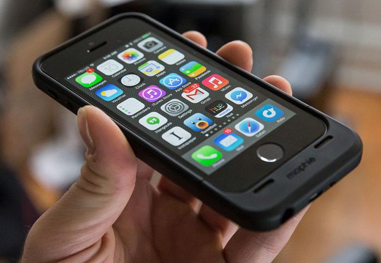 Brasileiro processa Apple e ganha indenização por defeito em acessório de outra marca