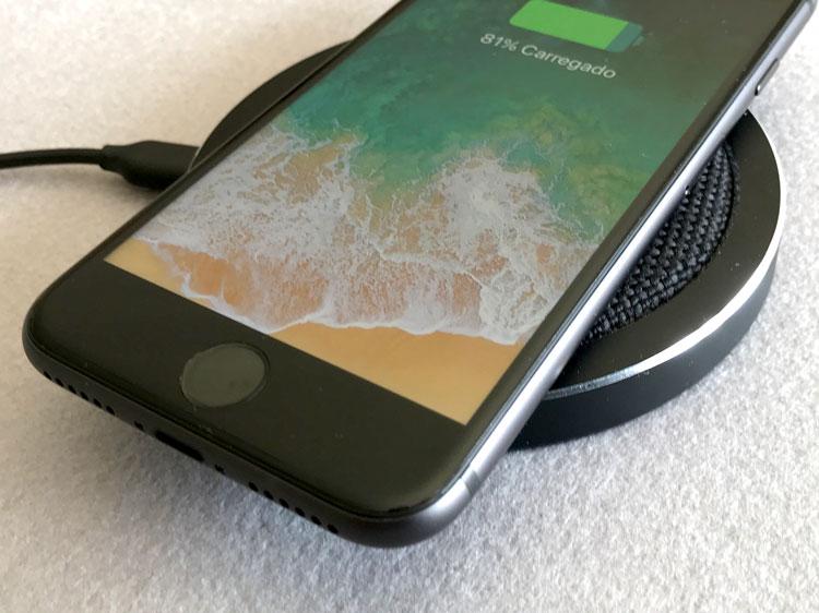 iPhone 8 sobre base de carregamento sem fio