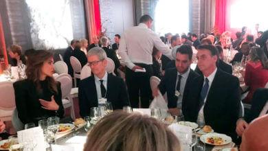 Photo of Em um jantar em Davos, Tim Cook é visto na mesma mesa do presidente Jair Bolsonaro