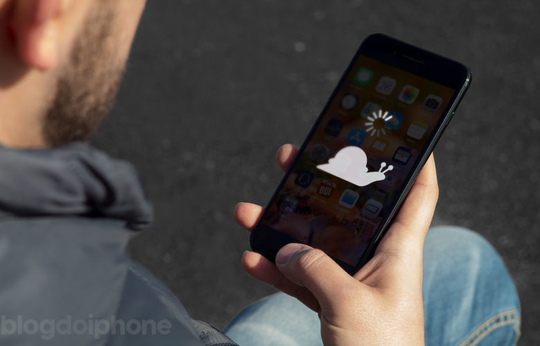 Homem segurando iPhone tela imagem lesma